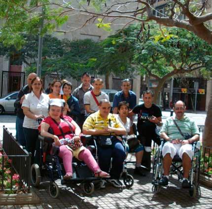 Integrantes de la Plataforma frente a la sede central de Cajacanarias en Santa Cruz de Tenerife