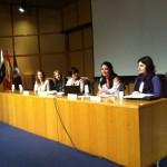 Mesa de participantes en ponencias