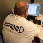 ppersona con discapacidad trabajando con ordenador
