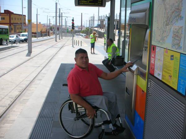 Foto persona con discapacidad comprando Tiket Tranvía