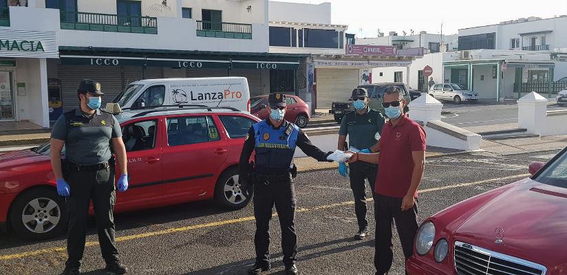La Guardia Civil se une al reparto de mascarillas en Yaiza