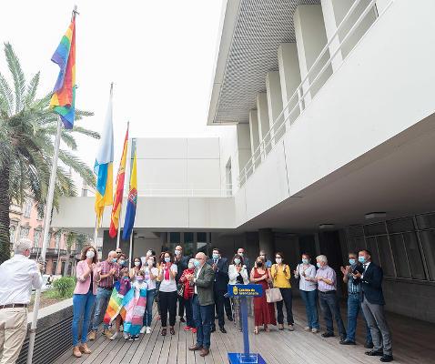 El Cabildo iza la bandera arcoíris porque aún existe discriminación