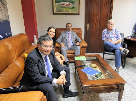 Cabildo El Hierro y CaixaBank estudian dar microcréditos empresariales