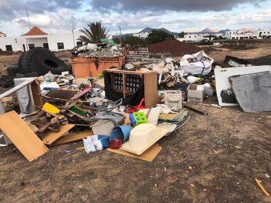 Teguise vuelve a retirar la basura depositada en la escombrera ilegal