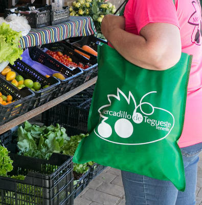 Bolsas de tela reutilizable entre los clientes del Mercadillo de Tegueste