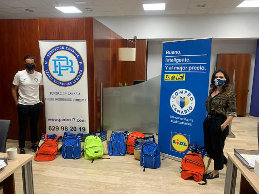 La Fundación Pedro Rodríguez dona mochilas con material escolar a menores sin recursos