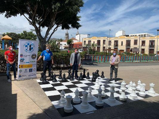 Tablero gigante de ajedrez en la zona de juegos del parque de San Juan