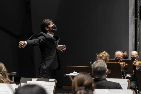 Dmitri Shostakovich y Edward Elgar, interpretados por la Sinfónica
